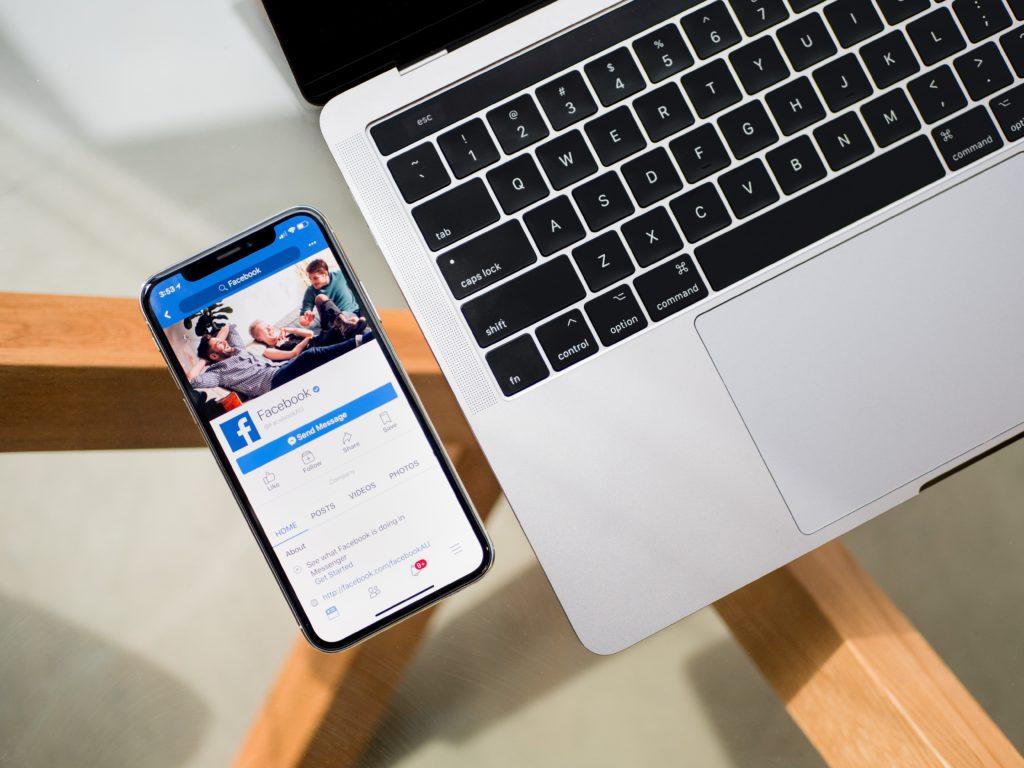 facebook ouvert sur un téléphone