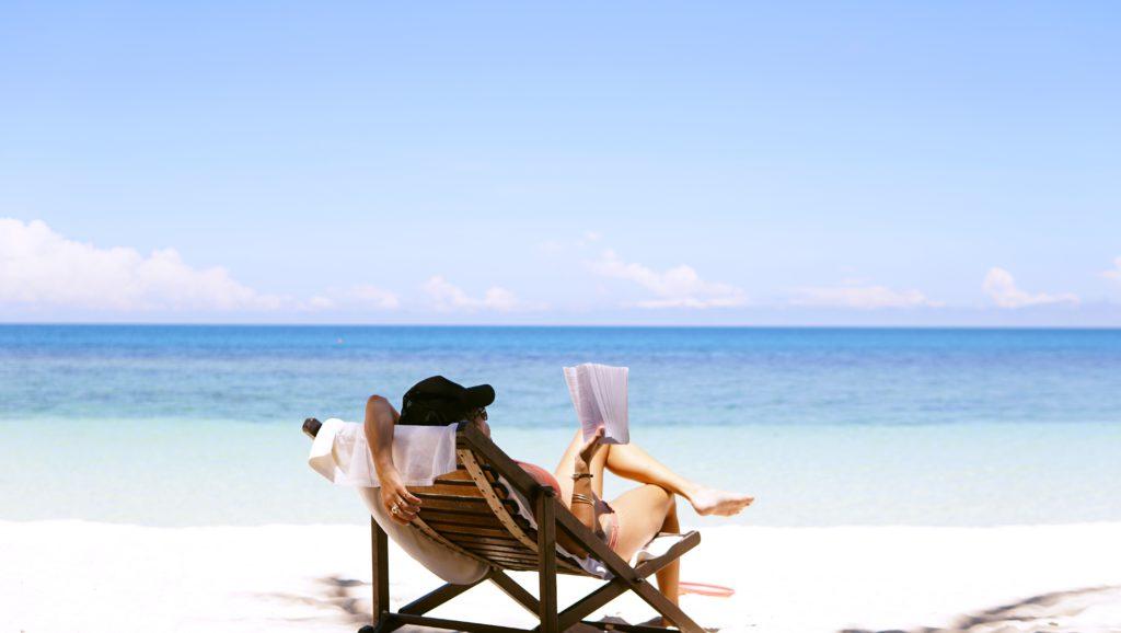 femme lisant dans un transat sur la plage