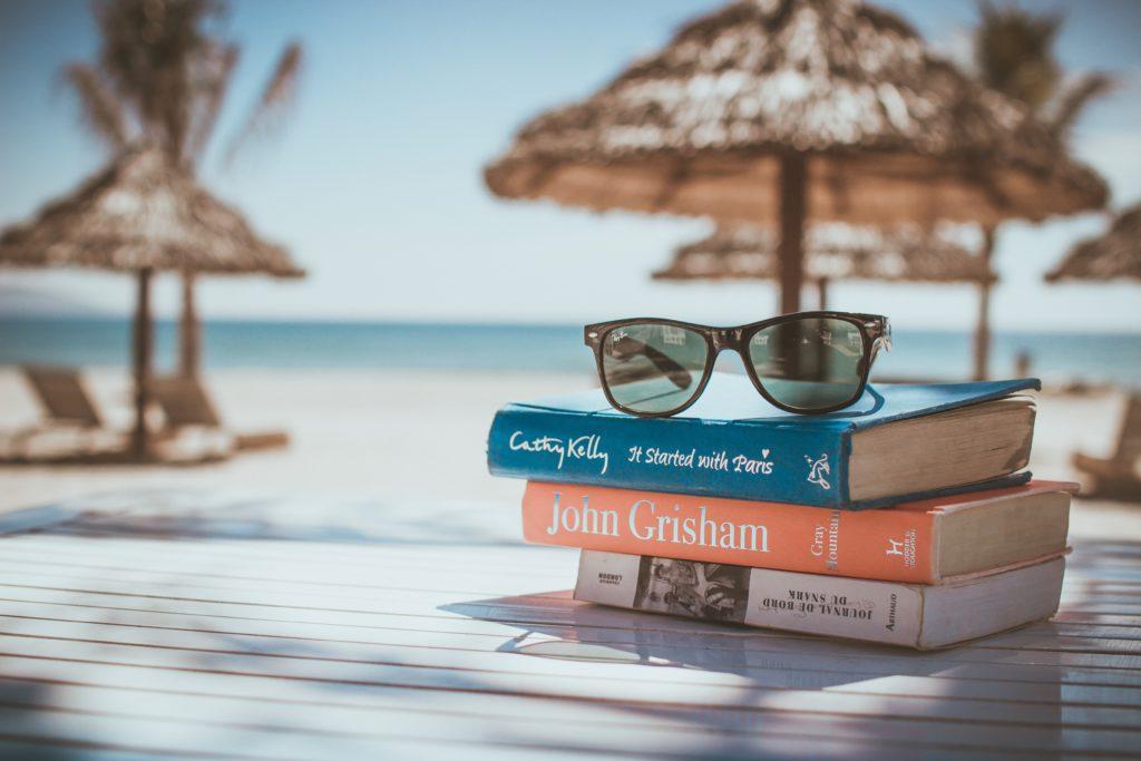 lunettes d'été poser sur une pile de livres