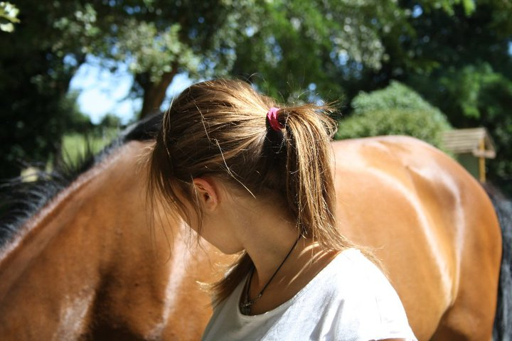 femme de dos et cheval