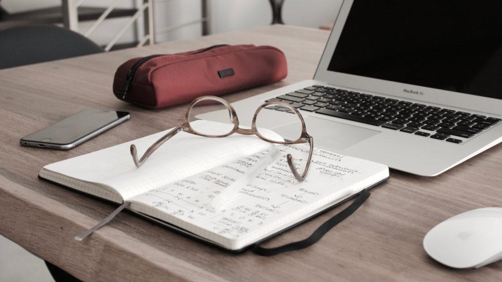 lunettes sur cahier
