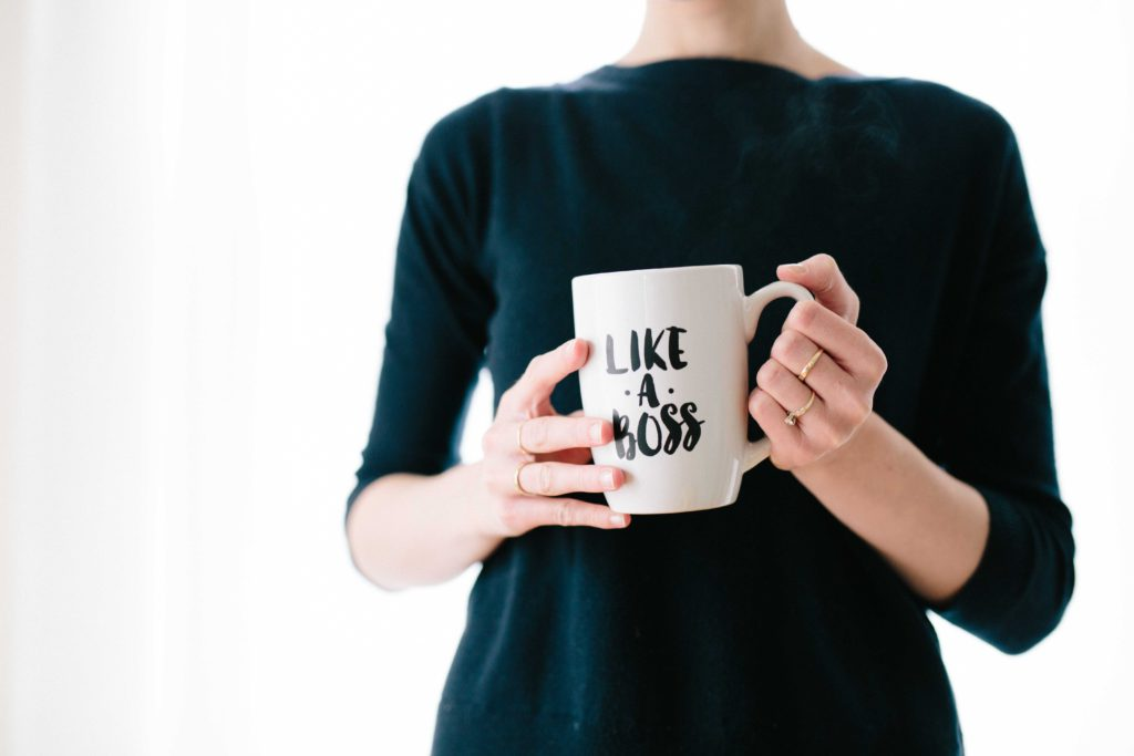 femme tenant une tasse like a boss