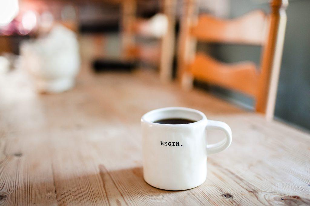 tasse à café avec l'inscription begin