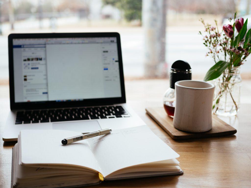 ordinateur cahier et tasse