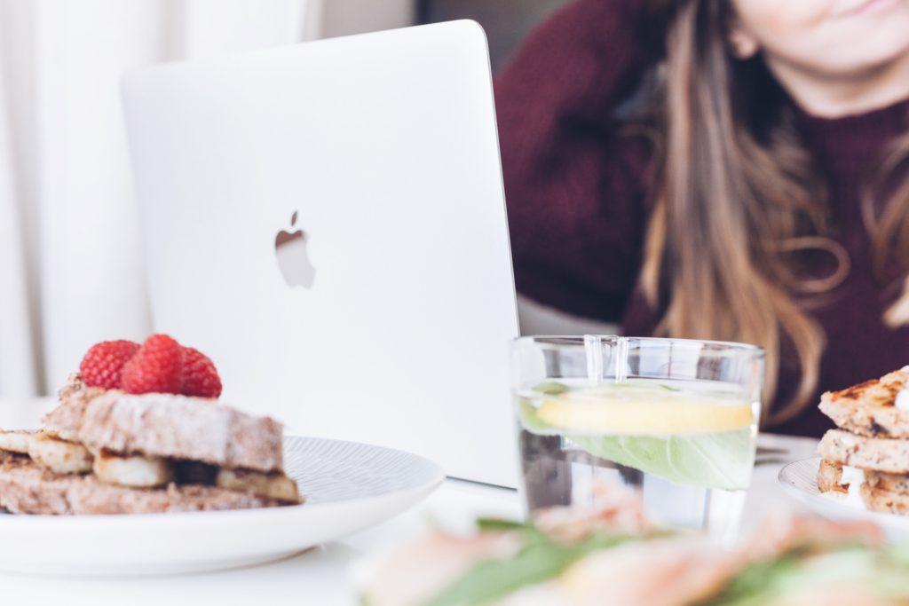 manger devant son ordinateur
