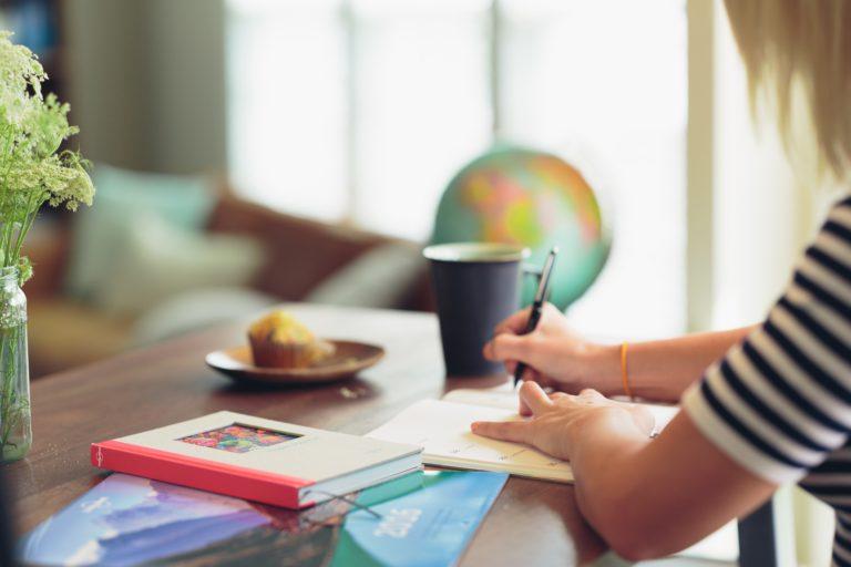 femme écrivant sur un cahier